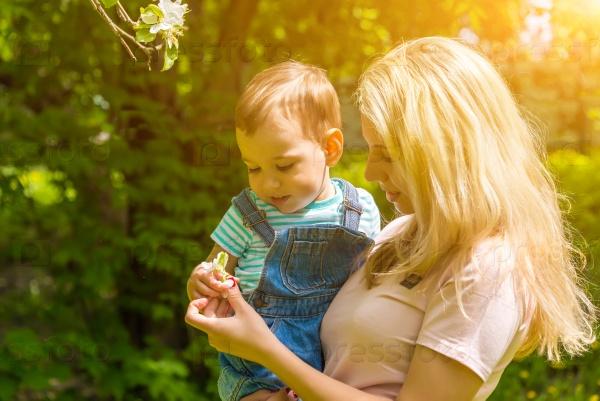 Мама с ребенком на природе в парке
