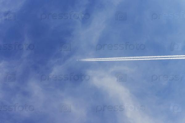 След самолета в небе