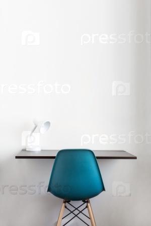 Интерьер с синим стулом у белой стены