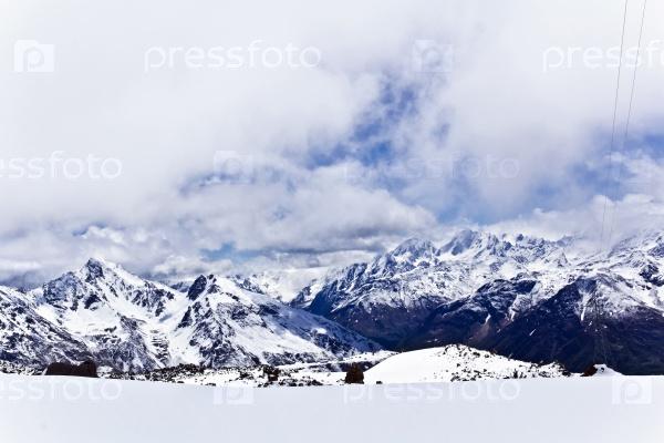 Кавказские горы под пушистым снегом