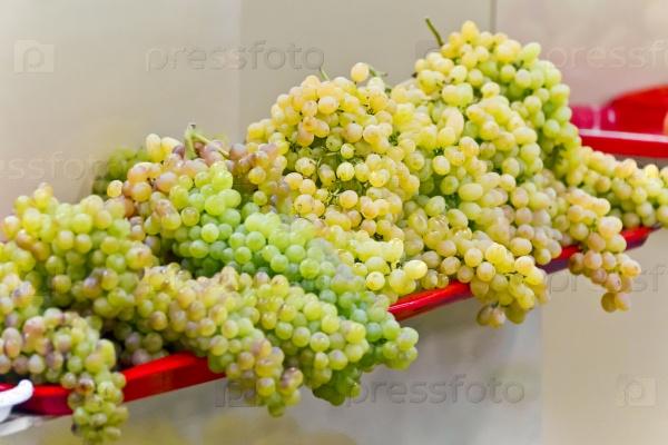 Зеленый виноград на рынке