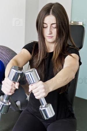 Упражнения с гантелями в тренажерном зале