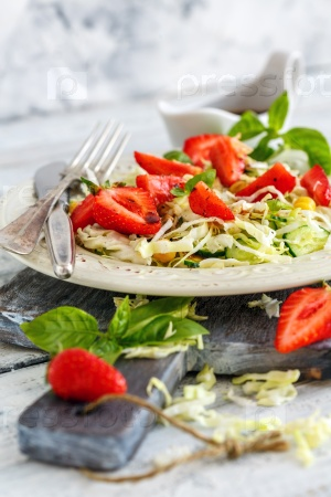 Salad with strawberries and balsamic sauce.