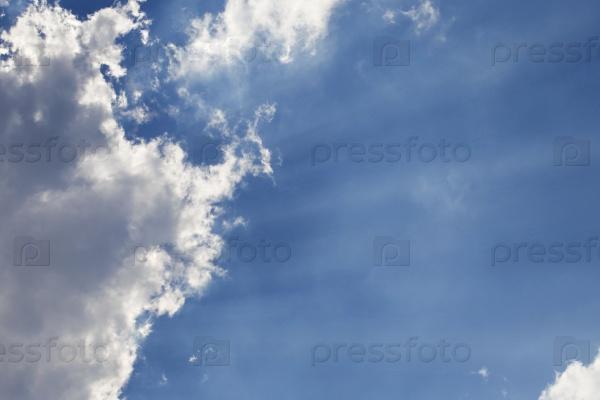 Солнечные лучи сквозь облака