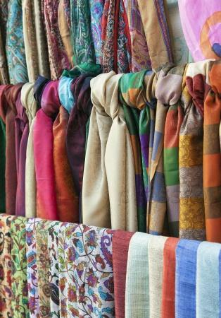 Красочные шарфы на восточном рынке