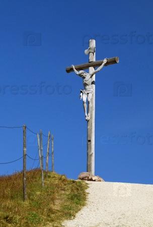 Крест на вершине горы в Доломитах
