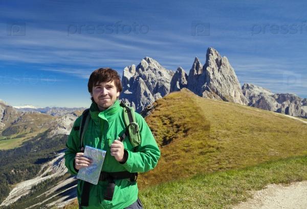Молодой турист перед горой Сецеда в Доломитах