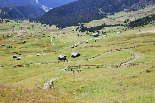 Долина с домами в Доломитовых Альпах