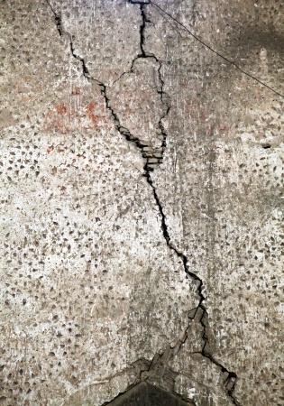 Старые трещины стены