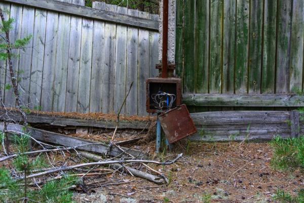 Старый покосившийся забор в охранной зоне. Последствия аварии на Чернобыльской АЭС, август 2017 года