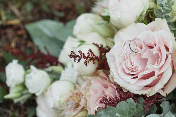 Красивый свадебный букет и кольца