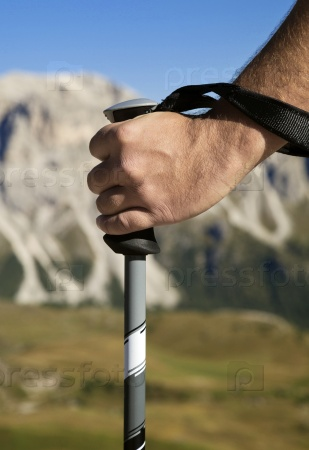 Рука с палкой для ходьбы