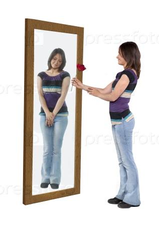 Молодая женщина, давая цветок своему отражению в зеркале