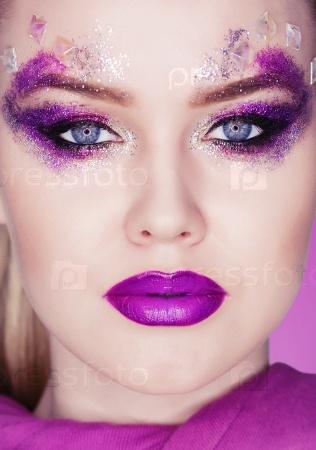 Женщина с красочными макияжем
