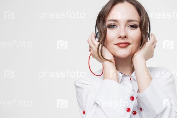 Счастливая девушка слушает музыку в наушниках