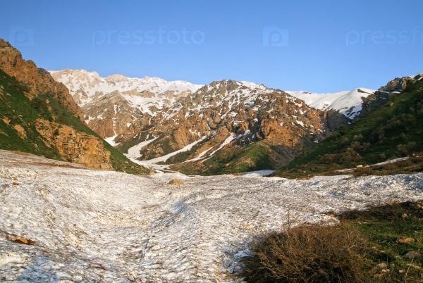 Снег в горах Чимгана