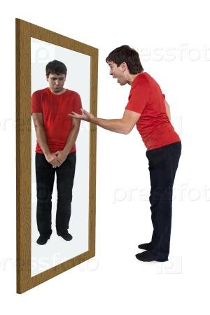 Человек бранит себя в зеркале