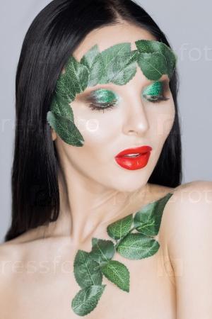 Арт-портрет девушки с листьями на лице