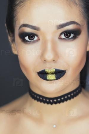 Женщина с красочным макияжем