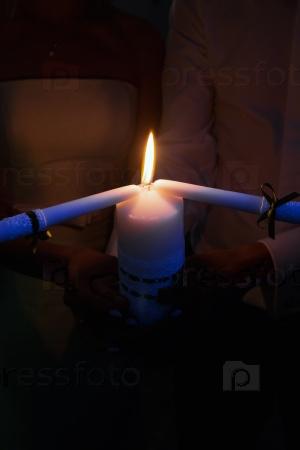 Молодожены со свечой
