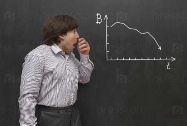 Человек, опасается кризиса биткоина