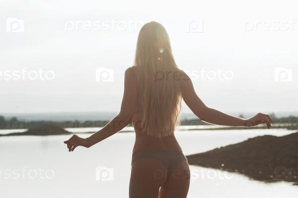 Девушка в контуре света на закате
