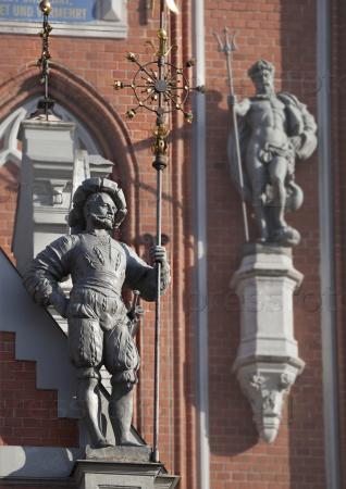 Скульптуры на фасаде Дома Черноголовых в Риге