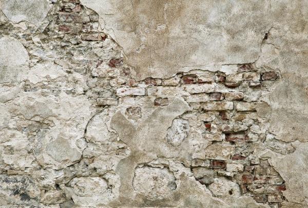 Старые стены с кирпичной кладкой под штукатуркой
