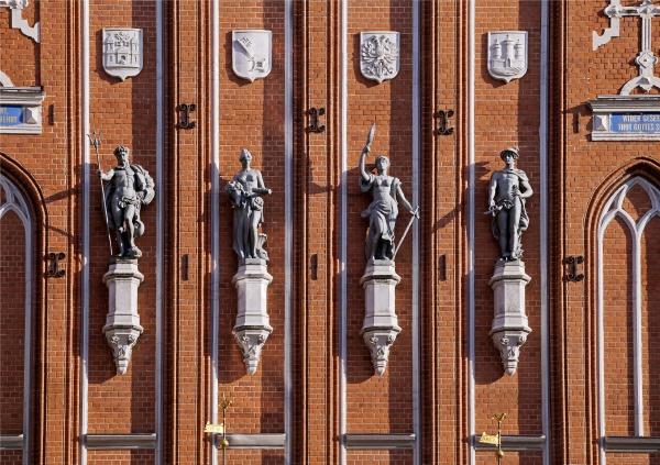 Статуи богов на Доме Черноголовых в Риге