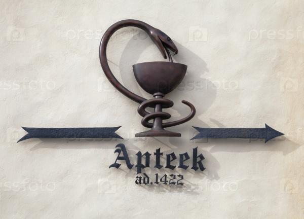 Знак Ратушной аптеки в Таллинне