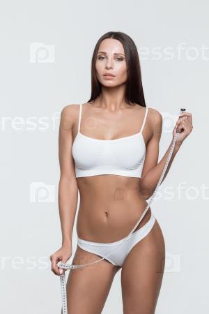 Красивая женщина с измерительной лентой