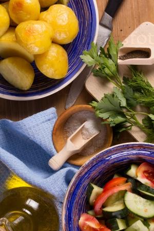 Жареный картофель, салат, растительное масло