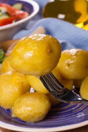 Запеченный картофель и салат