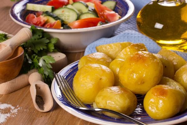 Запеченный картофель, салат, растительное масло